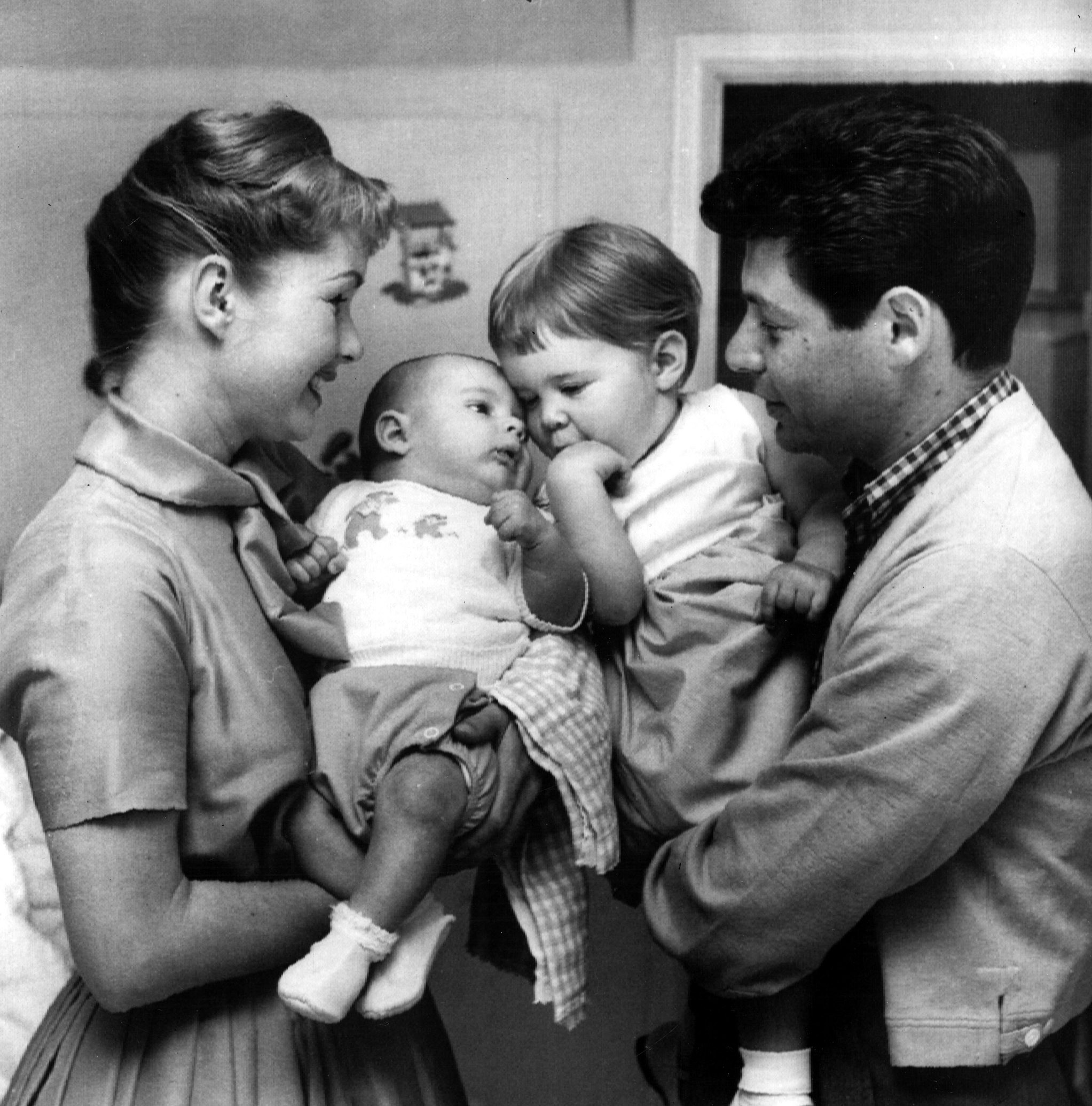 cam carrie fishers family - HD2045×2070